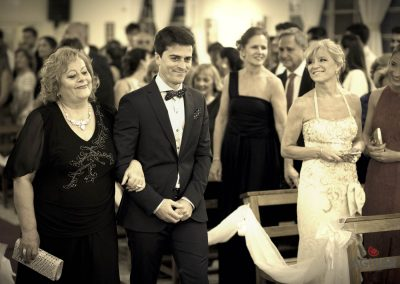 El novio y su mama llegando a la boda