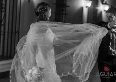 Detalle del vestido de novia unico, con ramos