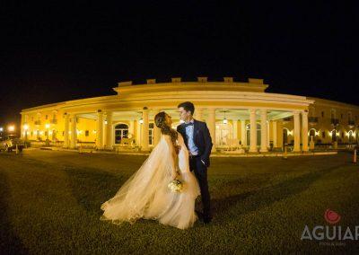 Novio sosteniendo a novia con ramo