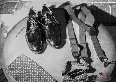 Detalles, detalle en blanco y negro. Corbata, tirantes, zapatos.