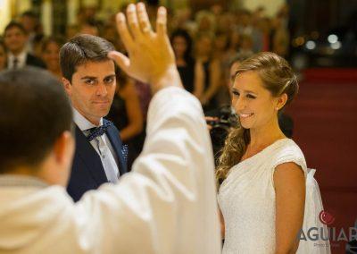 Unidos en matrimonio por el cura, felices para toda la vida